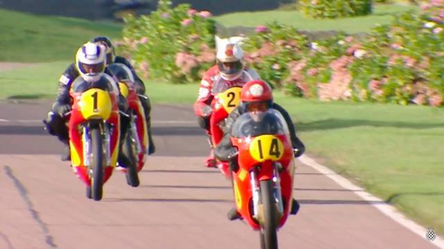 画像: 先頭を走るビル・スワロー(アエルマッキ)。その真後ろはジョン・クロンショー(ノートン )。そしてゼッケン1のW.ガードナー(シーリーG50)の背後に、バリー・シーン(ノートン )がぴったりとつけています。 www.youtube.com