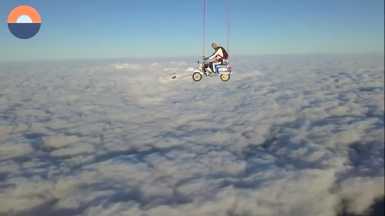 画像: G.シャッハーマイヤーさんのベスパスタントのひとつは・・・「空飛ぶベスパ」からのスカイダイビングでした! www.youtube.com