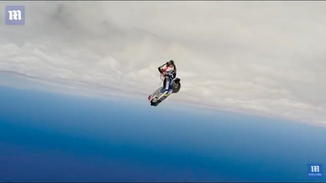 画像: どっちが天で、どっちが地かわからなくなるくらい、クルクルまわるベスパとG.シャッハーマイヤーさん・・・。 www.youtube.com