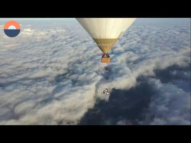 画像: Scooter Stuntrider skydives from the Vespa Günter Schachermayr youtu.be