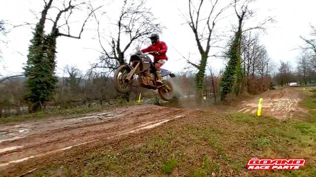 画像: ドロドロのモトクロスコースで・・・テーブルトップを飛び越える大ジャンプ! www.youtube.com