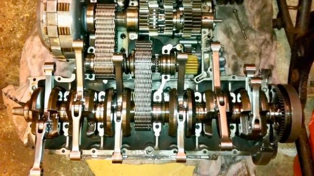 画像: なるほど、星型エンジンのように主コンロッドと副コンロッドからなる連結コンロッドが、シングルのクランクピンで支持されているのですね・・・。 www.youtube.com