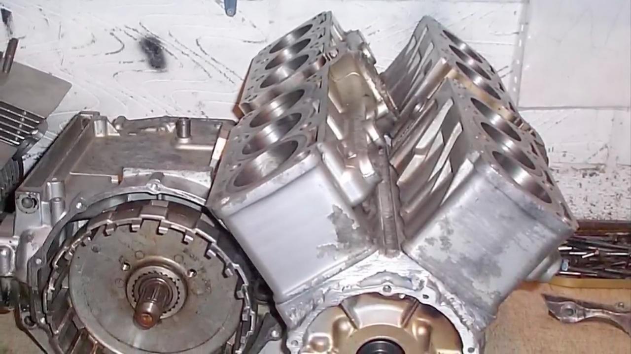 画像: V型のレイアウトで整列する12気筒シリンダー・・・。 www.youtube.com
