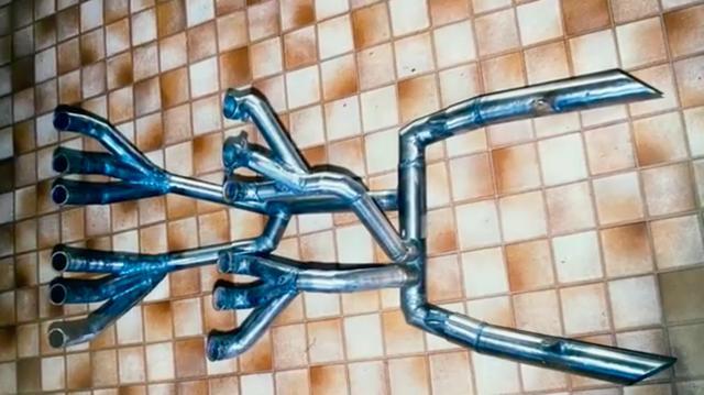 画像: Z2300 V12のエキゾースト・・・なかなか複雑なレイアウトですね! www.youtube.com