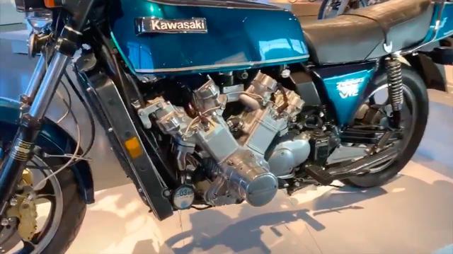 画像: オリジナル状態でもその巨躯ぶりで知られる6気筒のKZ1300ですが、さらに6気筒が追加されると・・・すごいボリューム感です! www.youtube.com