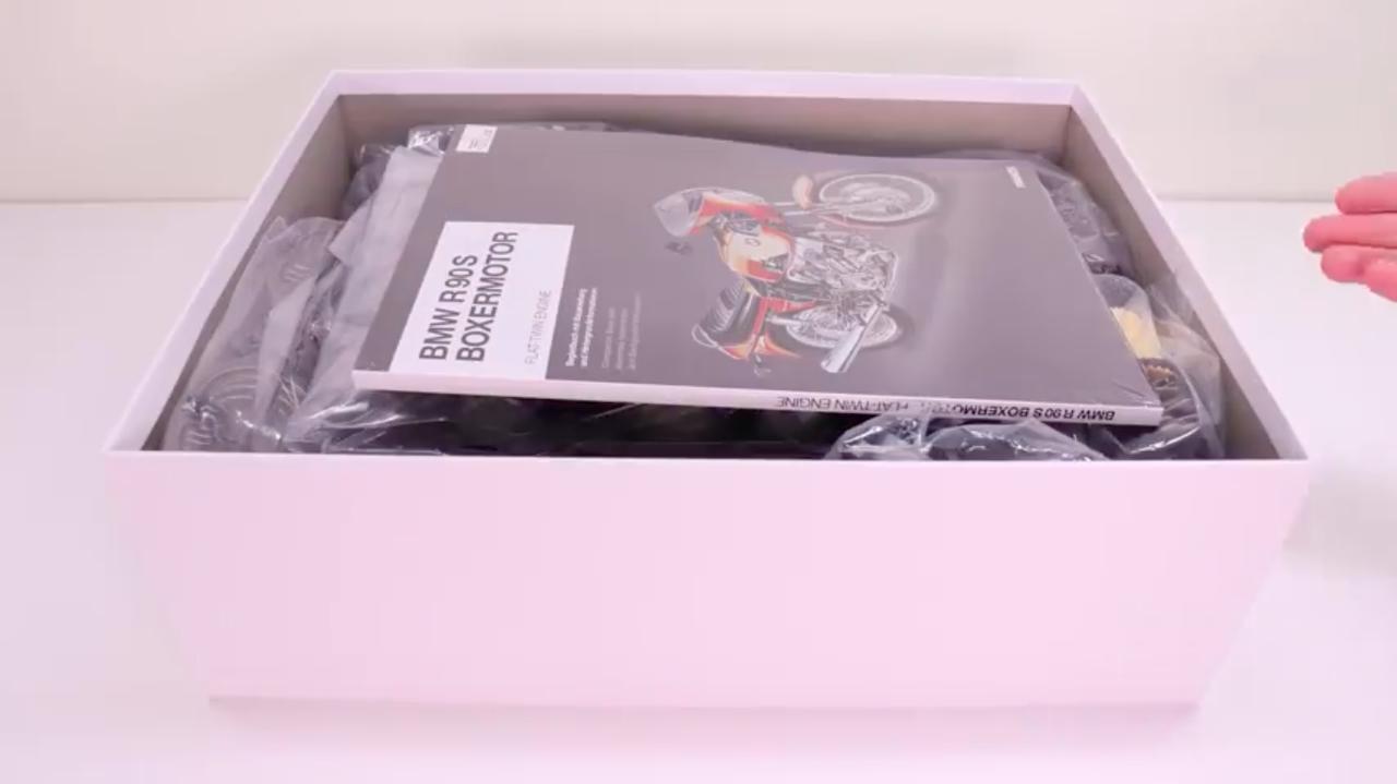 画像: 箱を開けて・・・から動画はスタートしますが、なかなか映像表現の手法も凝っています。 www.youtube.com