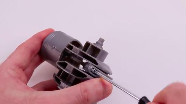 画像: ピストンを組み立て、メタル支持のコンロッドをクランクシャフトに組み付けます。 www.youtube.com