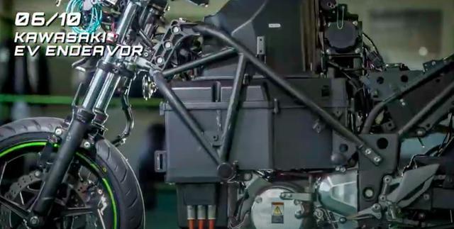 画像: スチールのトレリス構造のフレームは、EICMA2019公開時はグリーンでしたが、今回の動画ではブラックです。そしてホイールのリムにはグリーンのラインが引かれていますね・・・。 www.youtube.com