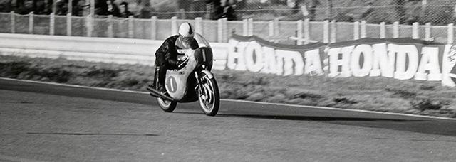 画像: 1963年日本GP(鈴鹿)350ccクラスでホンダRC4気筒を駆るジム・レッドマン。日本でのGP開催の歴史はこの年にスタートしましたが、1968〜1986年までは日本での開催がない時代が続きました・・・。 www.honda.co.jp