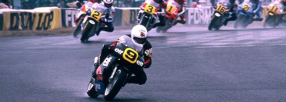 画像: 1987年、鈴鹿に帰ってきた記念すべき世界ロードレースGP・・・当時の最高峰500ccクラス決勝は雨でした。9番ロン・ハスラム(エルフ-ホンダ)の後を走るのは、この年王者となったワイン・ガードナー(2番、ホンダ)。なおこのレースはランディ・マモラ(3番、ヤマハ)が優勝しました。 www.honda.co.jp