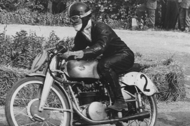 画像: 1951年、FBモンディアルに乗り世界ロードレースGP125cc王者となったC.ウビアリ。 www.motogp.com