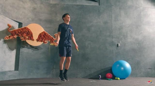 画像: まずは縄跳び・・・3分x3セット。やってみるとわかりますが、縄跳びって運動慣れしていない人は1分飛び続けるだけで、十分死ねますよね・・・(涙)。 www.youtube.com