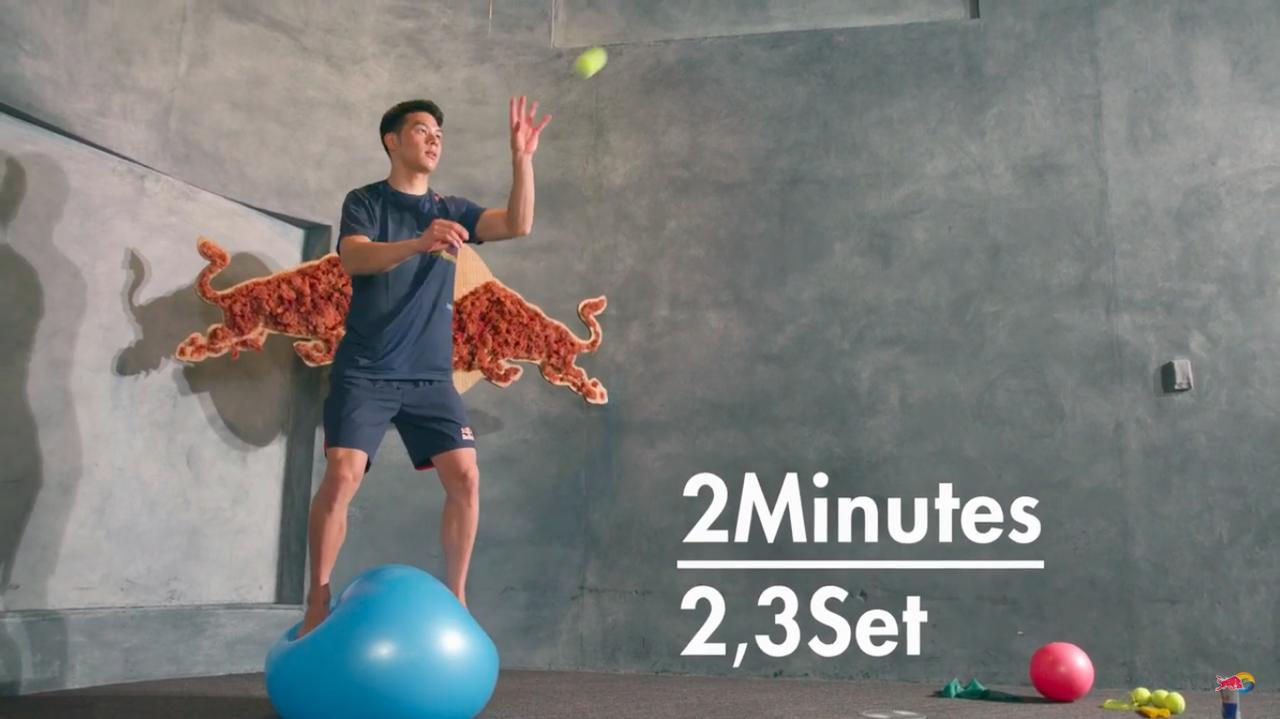 画像: バランスボールの上に立って・・・立つだけでもかなりバランス難しいですけど、さらにテニスボールをキャッチ!! www.youtube.com