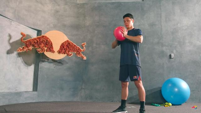 画像: 続いて空気圧調整したボールでトレーニング。このトレーニングの意図が何かは、ぜひ動画でご確認ください! www.youtube.com