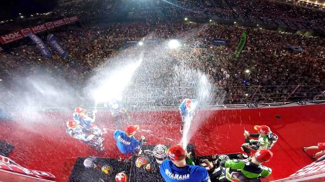 画像: 2017年鈴鹿8耐の表彰式・・・ライダー、参加者、スタッフが、長い時間を戦った「戦友」になったような気分になれる瞬間です。 ©︎鈴鹿サーキット/モビリティランド