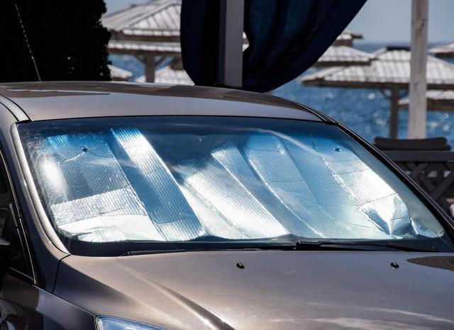 画像: ダッシュボードの保護はもちろん車内の温度上昇にも効果のあるサンシェード。ぜひとも用意しておきたい