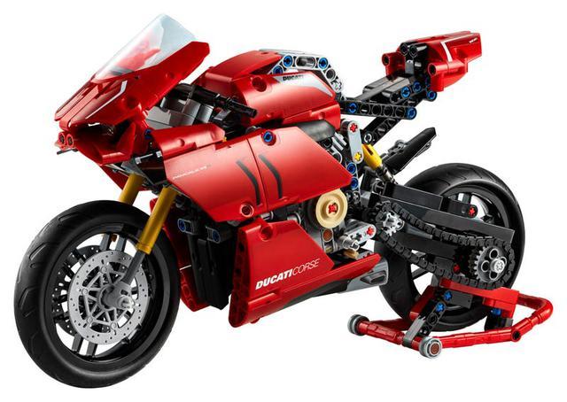 画像: サイズは全長32cm、全幅8cm、全高16cm・・・となっています。前後サスペンションは可動で、ギアボックスもオリジナルより段数は少ない2速ではありますが備えているのが凝っています。 www.lego.com