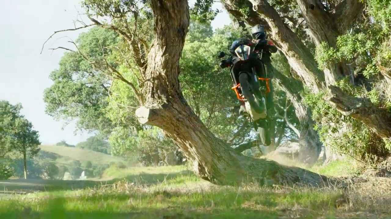 画像: 動画の大部分は、KTM 1290 SUPER ADVENTURE Rがガンガンオフロードを走破するシーンで占められています。 www.youtube.com
