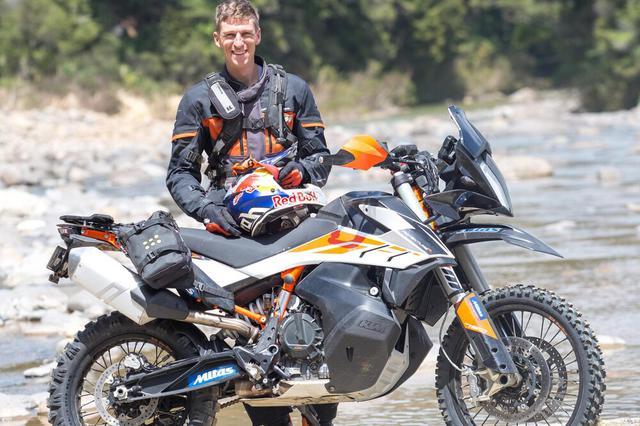 画像: 動画の主人公であるクリス・バーチは、8度ニュージーランドのエンデューロ王者、そして3度の「ルーフ・オブ・アフリカ」ウィナーとなったエンデューロ競技のエキスパートライダーです。KTMアドベンチャー・アンバサダーでもある彼は、オフロードのコーチングをビジネスとして営んでいます。 www.chrisbirch.co.nz