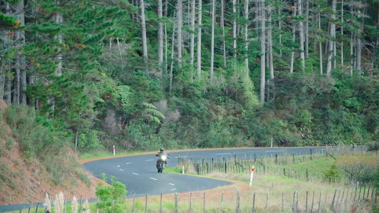 画像: 動画のはじまりは・・・オンロード走行シーンからですが・・・。 www.youtube.com