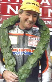 画像: エストニアの公道レースで、2000年に事故死したジョイ・ダンロップ。彼の甥のマイケル・ダンロップは、TT通算19勝という記録を持つ最強の最強の公道レーサーのひとりとして、現役で活躍中です。 en.wikipedia.org
