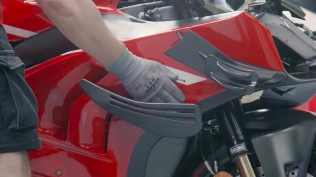 画像: スーパーレジェーラV4のフェアリングに付くウィングレットは、パニガーレV4 およびV4 Rのウイングレットで生成されるダウンフォースよりも、20kg大きな数値となるようにデザインされています。 www.youtube.com