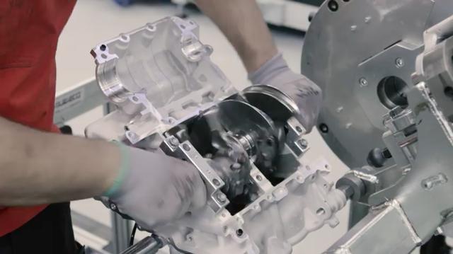 画像: エンジンの要となるパーツ・・・クランクシャフトをケースに組み付けます。 www.youtube.com