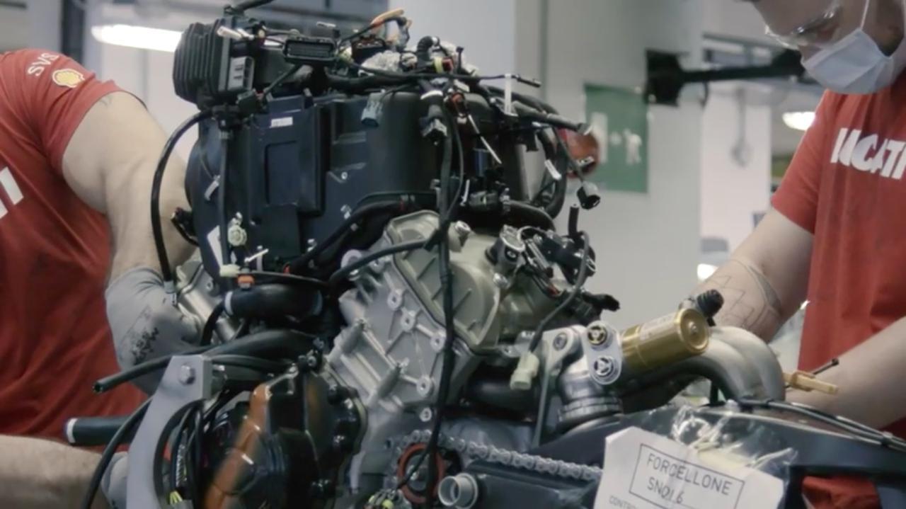 画像: 一般にエキゾーストパイプは組み立て最後に取り付けるイメージですが、ドゥカティV4系はまずエンジンに組み付けてから、車体パーツを取り付けていくのですね・・・。 www.youtube.com