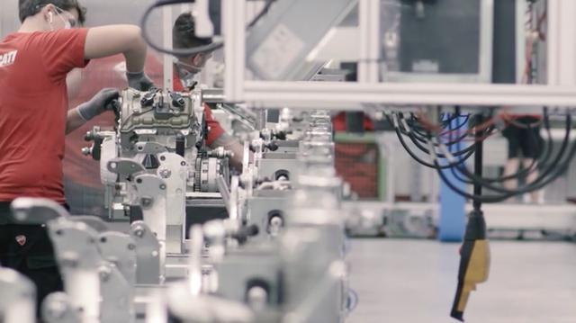 画像: クリーンな生産現場で、組み立てられていく998ccのV型4気筒エンジン・・・。なおパニガーレV4 / V4 Sの1,103ccV型4気筒エンジンよりも2.8kg軽量に仕上げられています。 www.youtube.com