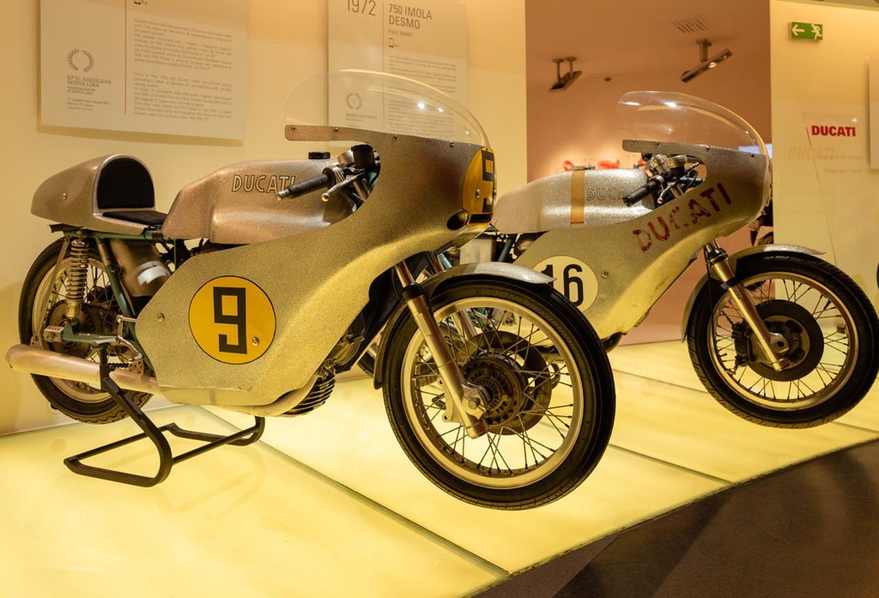 画像: ドゥカティ・ムゼオの所蔵車。左はGP500ccクラス用Vツイン。右は1972年のイモラ・レーサーです。 www.flickr.com