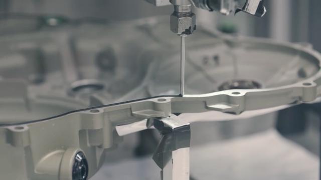 画像: ケースの合わせ面に塗布する、液体ガスケット供給マシン! www.youtube.com