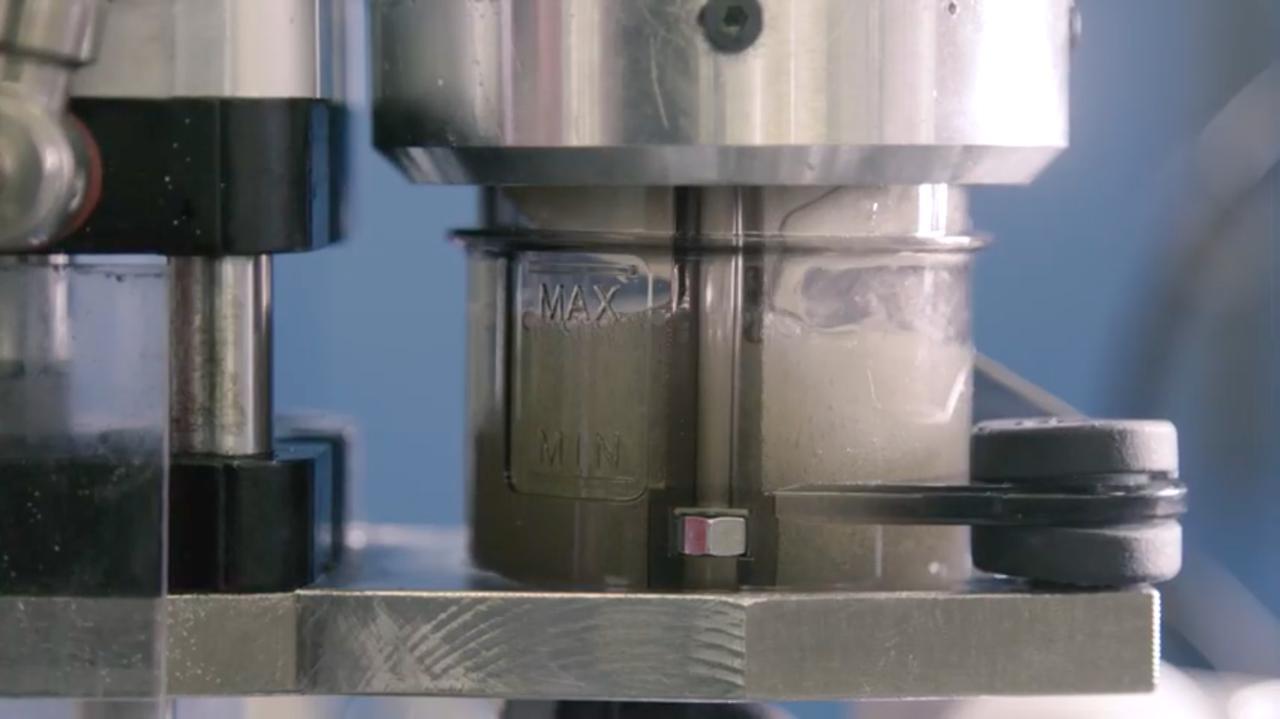 画像: ブレーキフルードを注入するマシンも、とても興味深いです・・・。 www.youtube.com