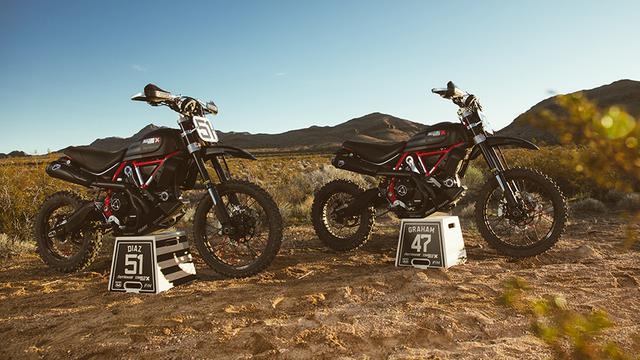 画像: ファストハウスチームのドゥカティ・スクランブラー・デザートスレッド。51番がR.ディアズ車。47番が優勝したJ.グラハム車です。なおマシンのチューニングを担当したのは、故カーリン・ダンとともにパイクスピークヒルクライムで数々の栄光を築き上げた「スパイダーグリップ」です。 www.ducati.com