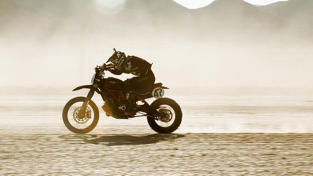 画像: 砂漠を疾走するJ.グラハムとドゥカティ・スクランブラー・デザートスレッド。 www.ducati.com