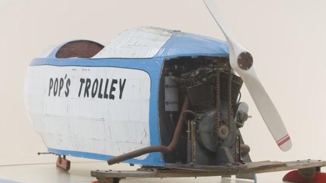 画像: リア側のボディを外すと、Vツインエンジンが・・・。これは1925年型ハーレーダビッドソンJDCB用エンジンのエンジンです! www.youtube.com