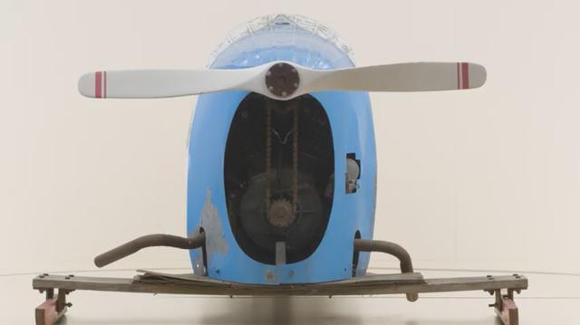 画像: 4フィート(1,219.2ミリ)のプロペラも、ボディ同様に木製です。ハーレーダビッドソンのVツインエンジンのクランクシャフトに取り付けられたスプロケットにより、チェーンでダイレクトにプロペラを駆動します。 www.youtube.com