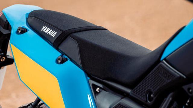 画像: 専用のレーシングサドルは、シート高895mmでSTD.より20 mm高い、オフロード走行に適したドライビングポジションを提供します。 www.yamaha-motor.eu