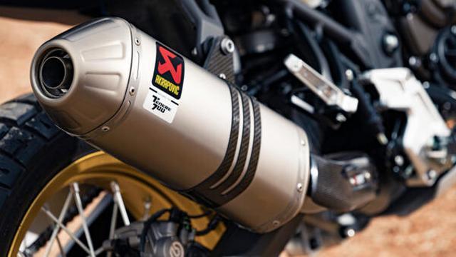 画像: 加速時のトルク感を高め、より迫力あるリッチサウンドを生み出すスリップオンのアクラポビッチサイレンサーを採用。 www.yamaha-motor.eu