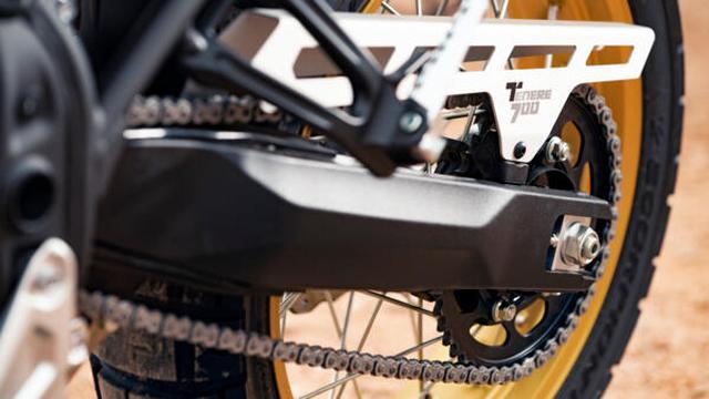 画像: レーザーカットで作られたアルミニウム製チェーンプロテクター は、この特別版モデルのスタイリッシュさを強化する役割も果たしています。 www.yamaha-motor.eu