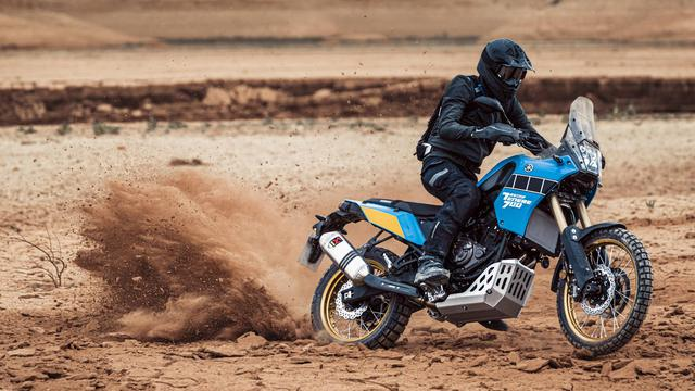 """画像: ヤマハテネレ700ラリーエディションの""""青""""のボディカラーと""""黒""""のスピードブロックは、パリダカを走ったJCO(ジャン・クロード・オリビエ)とセルジュ・バクーの、ソノートヤマハ製ラリーマシンを彷彿させます。 www.yamaha-motor.eu"""