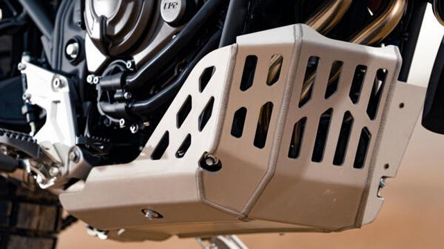 画像: プロテクション効果に優れる、厚さ4 mmのアルミニウム製の高強度エンジンガード。ツールボックスの取り付けポイントも備えているのが特徴です。 www.yamaha-motor.eu