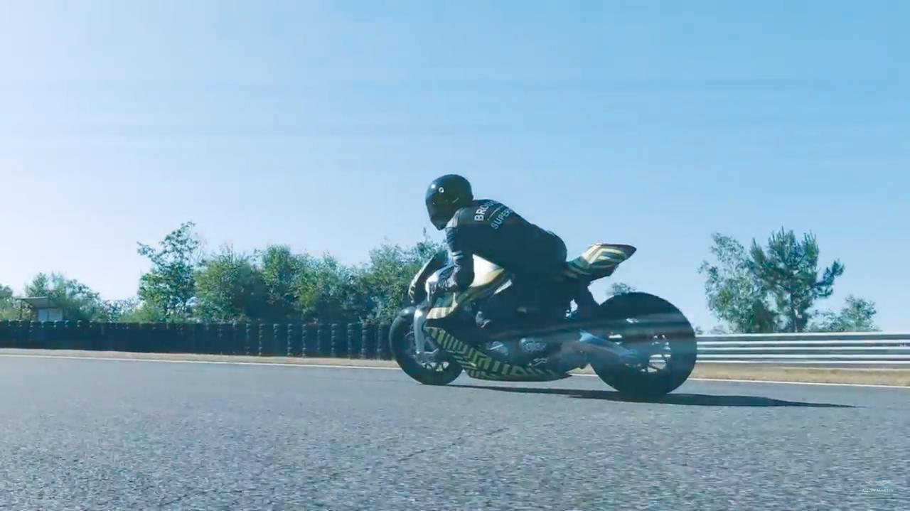 画像: ブラフ・シューペリアの工場があるトゥールーズから数時間・・・南フランスにあるポー=アルノ・サーキットを走るAMB001。 www.youtube.com