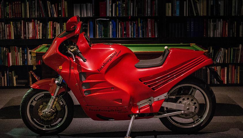 画像: 1986年、わずか6台が製造されたランボルギーニ・ブランドのボクサーバイク。そのアルミ製フレームは、GPマシンデザイナーとして活躍したクロード・フィオールの手によるものでした。 classicmotorhub.com