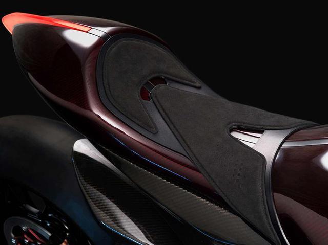 画像: カーボンファイバーの燃料タンクから、なだらかにつながるラインを描くシートまわり。 www.astonmartin.com