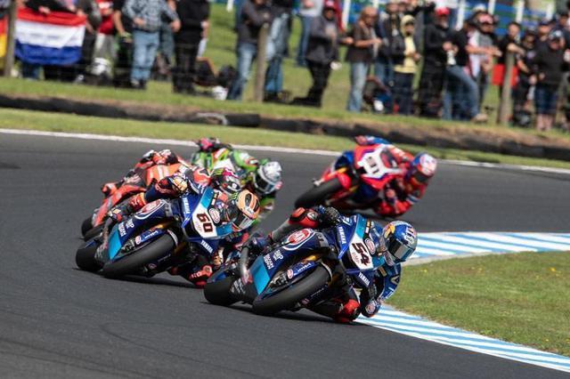 画像: 2020年開幕戦、オーストラリアラウンドを走るトプラック・ラズガットリオグル(54番)とマイケル・ファン・デル・マーク(60番)。ラズガットリオグルはレース1優勝、スーパーポールレース2位、レース2はDNF、ファン・デル・マークは、レース1で4位、スーパーポールレース5位、レース2で4位・・・という成績でした。 race.yamaha-motor.co.jp