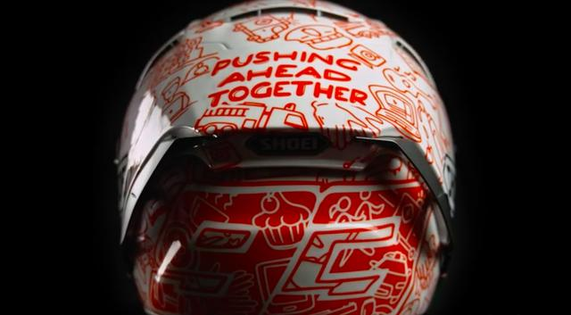 画像: 「PUSHING AHEAD TOGETHER」というメッセージが記された特別仕様のヘルメット。マルクが赤、アレックスが青、ということですが、描かれているグラフィックは一緒のデザインみたいですね。 www.youtube.com