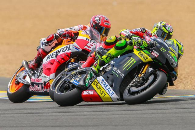 画像: 2014年フランスGPで、テック3のヤマハYZR-M1を走らせるP.エスパルガロ(44番)と、レプソル・ホンダのM.マルケス (93番)。 www.motogp.com