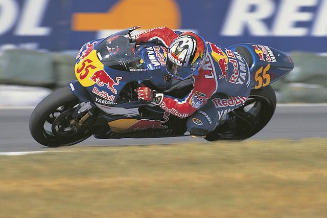 画像: 1999年、ヤマハYZR500(0WK1)を駆って、1勝と1度のポールポジションを記録したフランス人ライダー、レジス・ラコーニ。 global.yamaha-motor.com