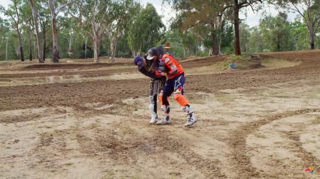 画像: 早速、勝負がスタート!! まずJ.ミラーがT.プライスにヘッドロックを決めました(笑)。 www.youtube.com