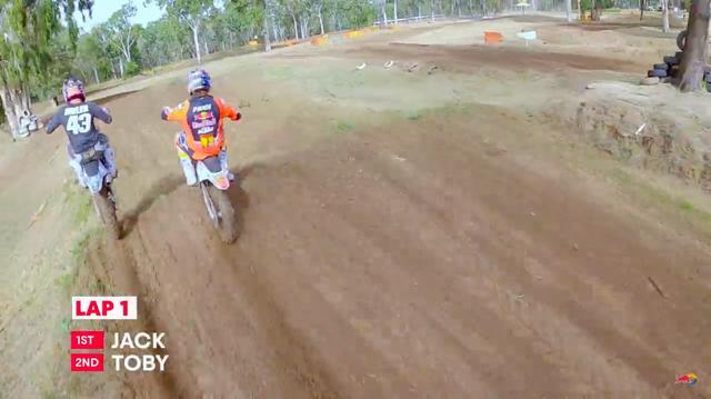 画像: 接触あり!! のデスマッチルール? でレースは進行します・・・。 www.youtube.com